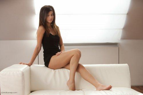 Nika на белоснежном диване
