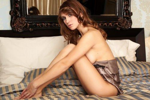 Gina на полосатой постели