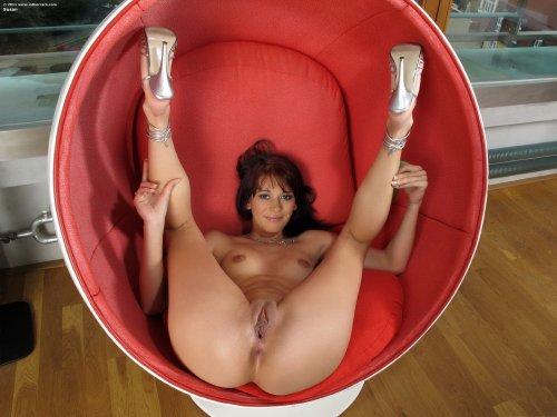 Susan в круглом кресле