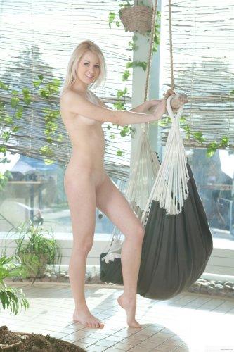 Amanda голышом в гамаке