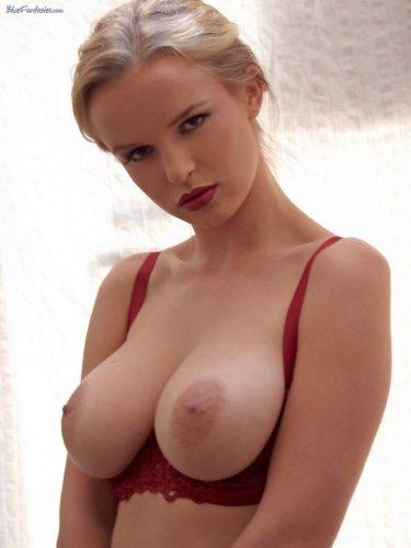Жгучая красотка Renata Daninsky с большой пышной грудью в телесных чулках