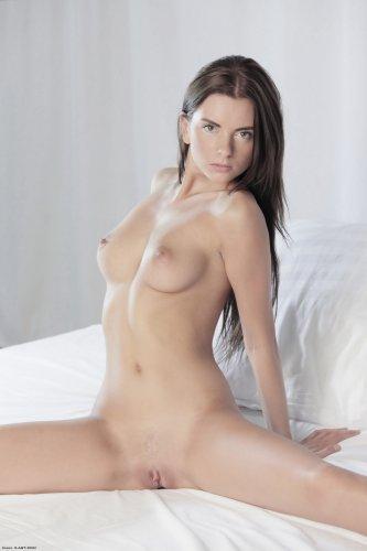 Соблазнительная знаменитая фотомодель Monika Benz устроила эротику в спальне