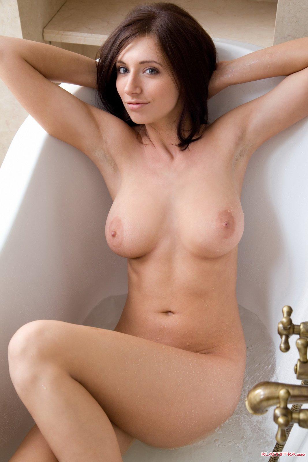 Красивая телка скрасивой грудь трахаеться