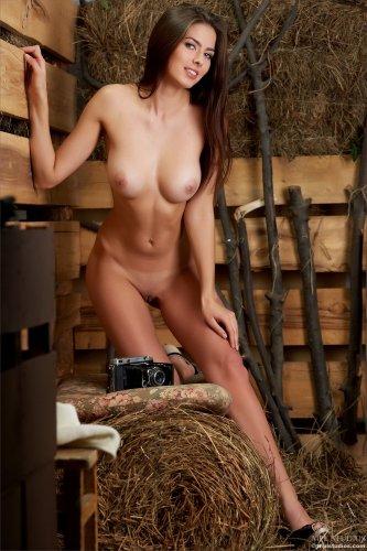 Восхитительная эротическая фотомодель Arianna устроила стриптиз на сеновале