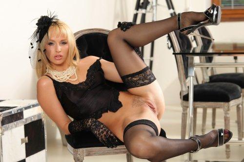 Секси дамочка Aleska примеряет новый эротический наряд позирует для эро фото