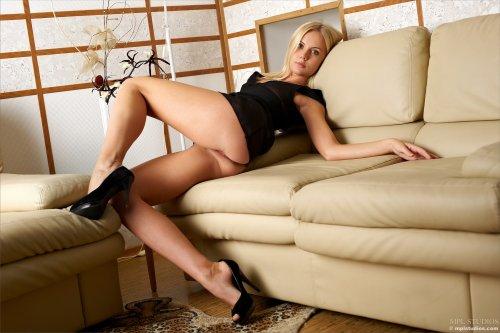 Sarah на диване