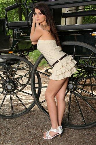 Cynthia Santory возле кареты