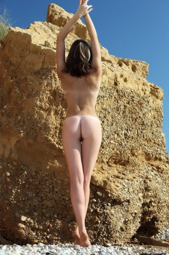Тамара на диком пляже