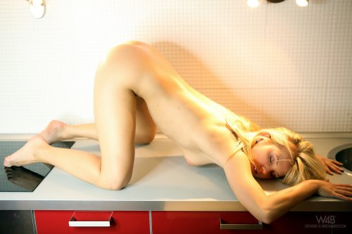 Блондинка Bella Babe шалит на кухне