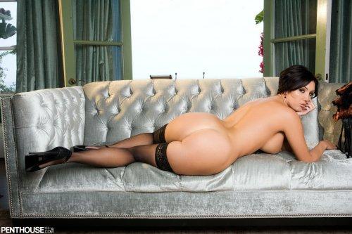 Dylan Ryder на дорогом диване