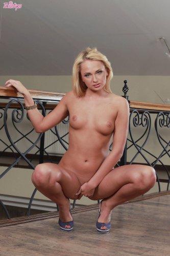 Ivana Sugar на балконе с самотыком