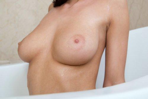 Simone - девушка с красивой грудью
