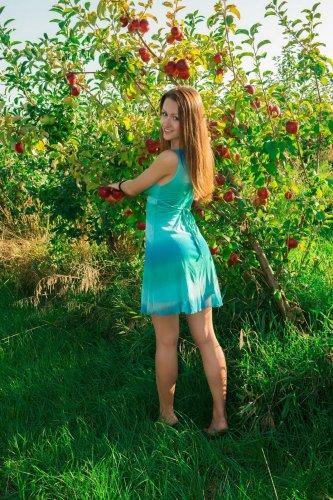 Обнажённая Shaina в яблоневом саду