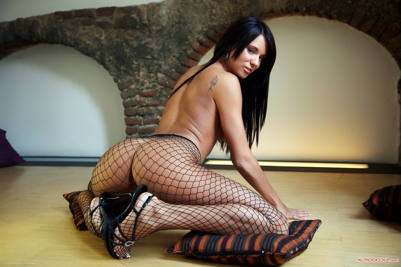 Сексуальная брюнетка с шикарными ногами фото 21 фотография
