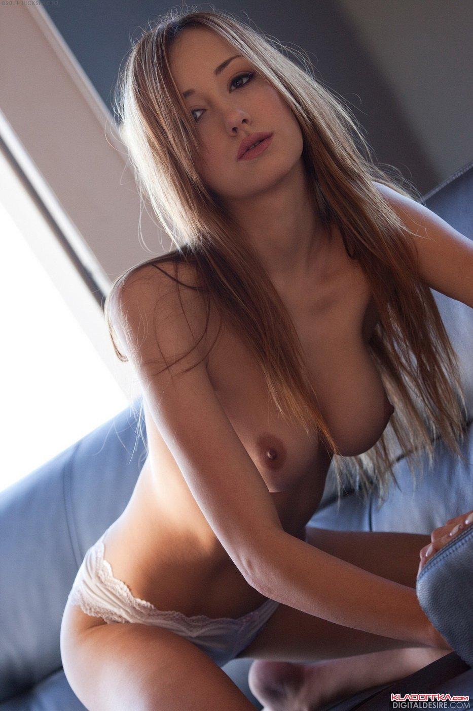 seks-foto-devushki-v-krasivih-kruzhevnih-belih-trusikah-trusiki-pod