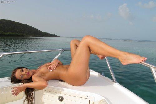Debbie White на яхте