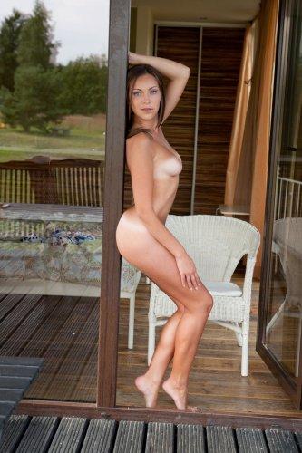 София без одежды на веранде