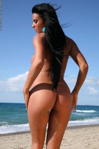 Ashley Bulgari на пустынном пляже
