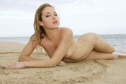 Alissa White на пустынном пляже