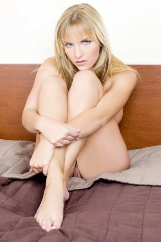 Голая Chikita на кровати