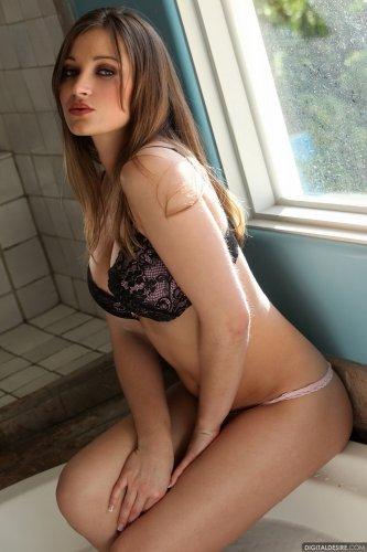 Dani Daniels в ванной