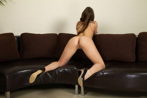 Dani Daniels на диване
