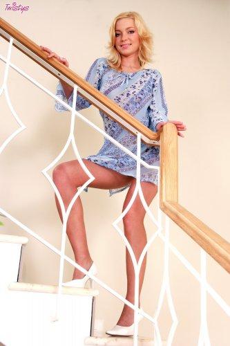 Karolina King на лестнице
