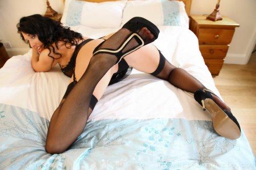 Lexi Lowe эротично снимает с себя лишнее