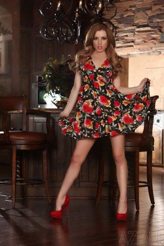 Lexi Belle в цветастом платье