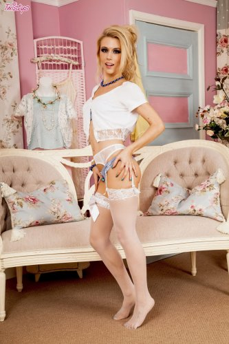 Красотка Michelle Moist в белых чулочках
