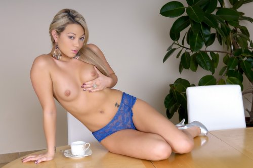 Natalia Forrest на столе