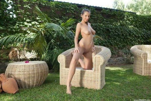 Lizzie Ryan на лужайке