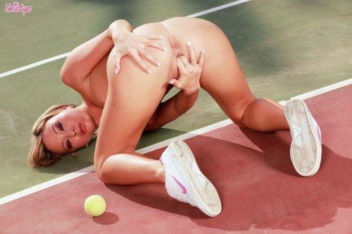 Natalia Forrest разделась на теннисном корте