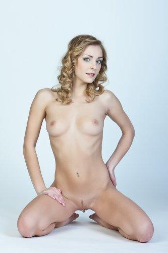 Откровенные фотографии кудрявой фотомодели Sharon без одежды