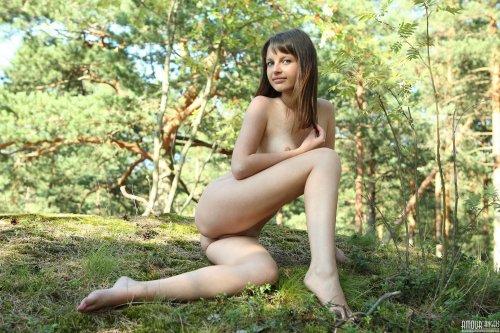 Голая Lily в лесу