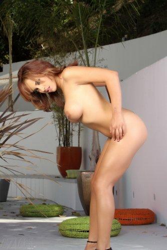 Очаровательная грудастая Mulani Rivera сексуально снимает трусики во дворе