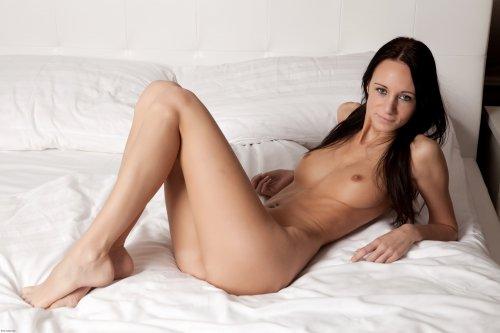 Похотливая стройная брюнетка Eveline сексуально шалит в постели на фото