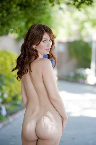 Милая девица Ashlyn Rae гуляет голая в пижамке по парку