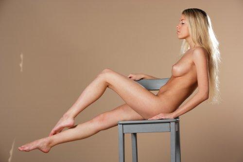 Barbara на стуле