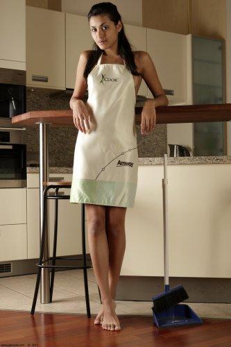 Настя делает уборку в кухне
