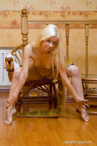 Блондинка в кружевных трусиках