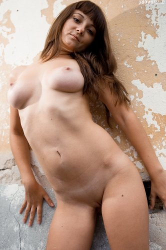 Голая Линда у стены