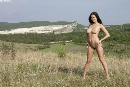Голая Samantha в поле