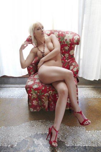 Colette - сексуальная блондинка с упругой задницей