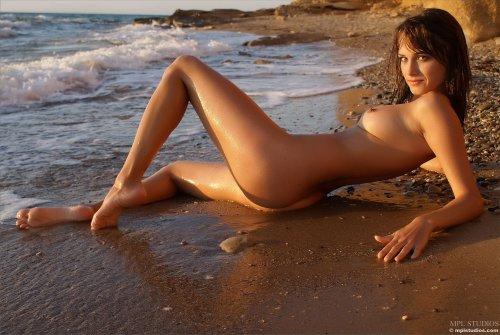 Майя устроила фотосессию на восходе Солнца
