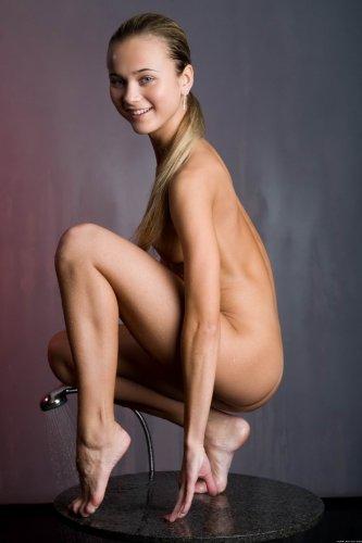 Фотосет худышки Carol с душем на журнальном столике