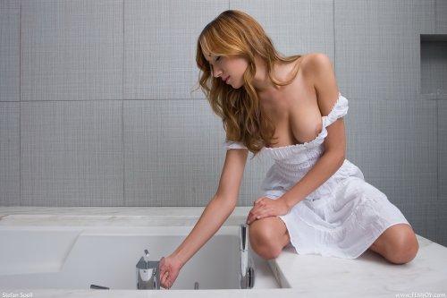 Victoria Rae Black в ванной