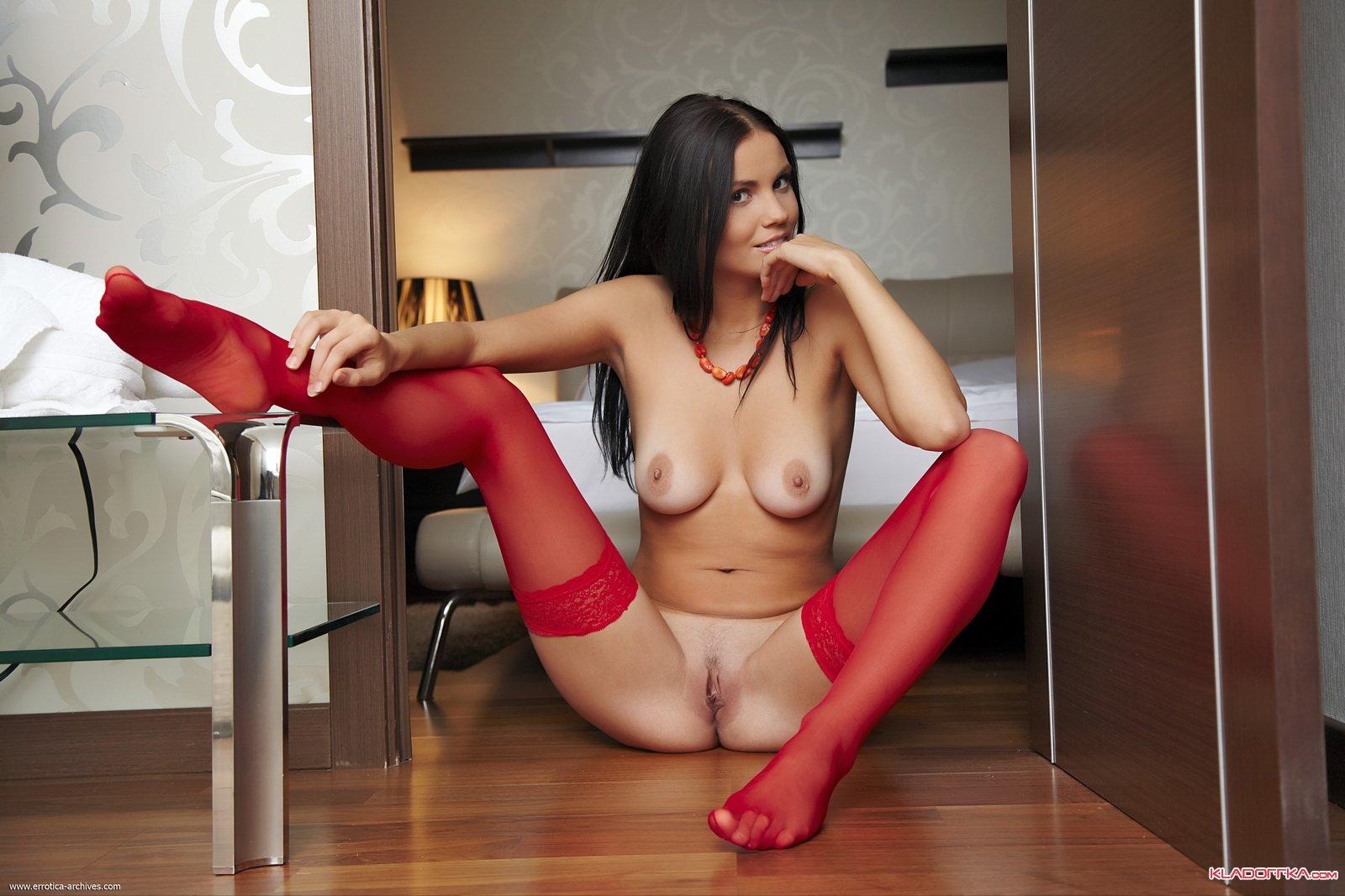голые девушки в красных чулках
