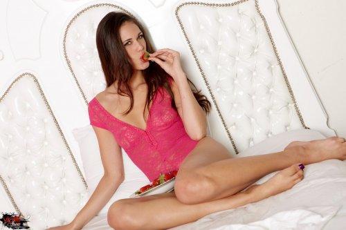 Tiffany Thompson разделась и ест клубнику