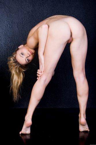 Jenna на мокром полу